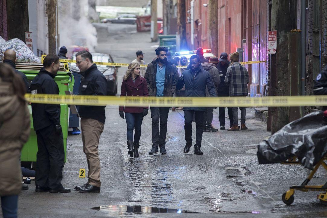 Ein ganz besonderer Fall wartet auf Liv (Rose McIver, l.), Ravi (Rahul Kohli, M.) und Clive (Malcolm Goodwin, r.), denn das Opfer ist keine Unbekann... - Bildquelle: 2017 Warner Brothers