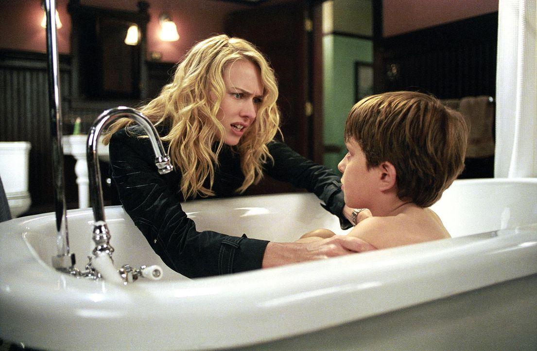 Der Alptraum nimmt kein Ende: Trotz des Umzugs nach Astoria, hat Rachels (Naomi Watts, l.) Sohn Aidan (David Dorfman, r.) nach wie vor Visionen von... - Bildquelle: DreamWorks SKG