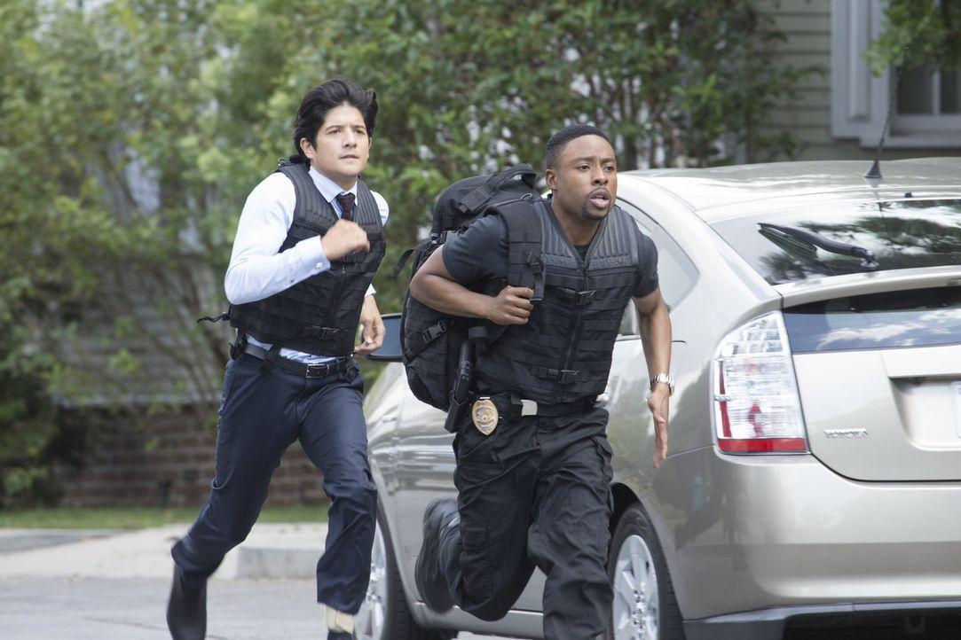 Sie müssen eine Kronzeugin beschützen. Doch dies ist für Carter (Justin Hires, r.) und Lee (Jon Foo, l.) schwerer als gedacht ... - Bildquelle: Warner Brothers