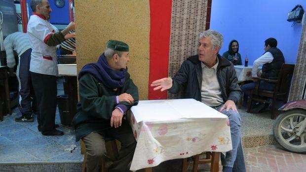 Auf seiner kulinarischen Reise entdeckt Anthony Bourdain (r.) das marokkanisc...