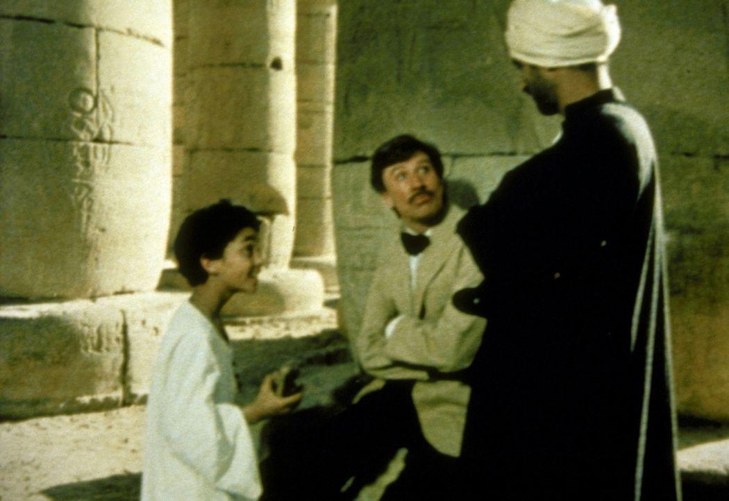 Der Archäologe Howard Carter (Robin Ellis, M.) sucht verbissen nach der Grabkammer Tut-Ench-Amuns. Als er endlich fündig wird, fördert er zwar ko... - Bildquelle: Columbia Pictures