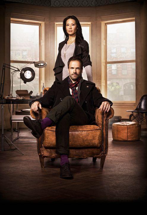 (1. Staffel) - Mit hervorragender Auffassungsgabe versucht Sherlock Holmes (Jonny Lee Miller, vorne) neue Kriminalfälle zu lösen. Unterstützt wird e... - Bildquelle: CBS Television