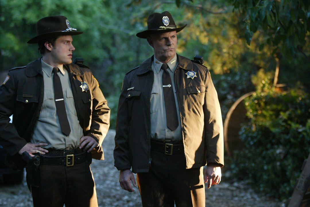 Sheriff Padden (Lindsey Ginter, r.) und sein Kollege (Brandon Keener, l.) sind auf der Suche nach einem vermissten Teenager ... - Bildquelle: Warner Bros. Entertainment Inc.