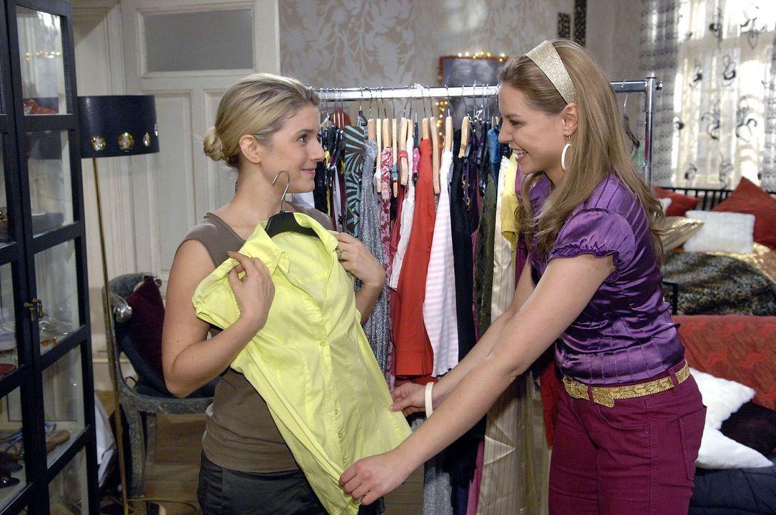 Anna (Jeanette Biedermann, l.) lässt sich bei der Auswahl der Garderobe für die Präsentation von Katja (Karolina Lodyga, r.) beraten. - Bildquelle: Claudius Pflug Sat.1