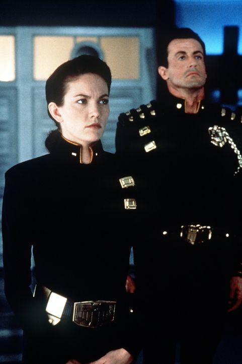 Gemeinsam mit Judge Hershey (Diane Lane, l.) macht sich Judge Dredd (Sylvester Stallone, r.) daran, seine Unschuld zu beweisen ... - Bildquelle: Buena Vista Pictures