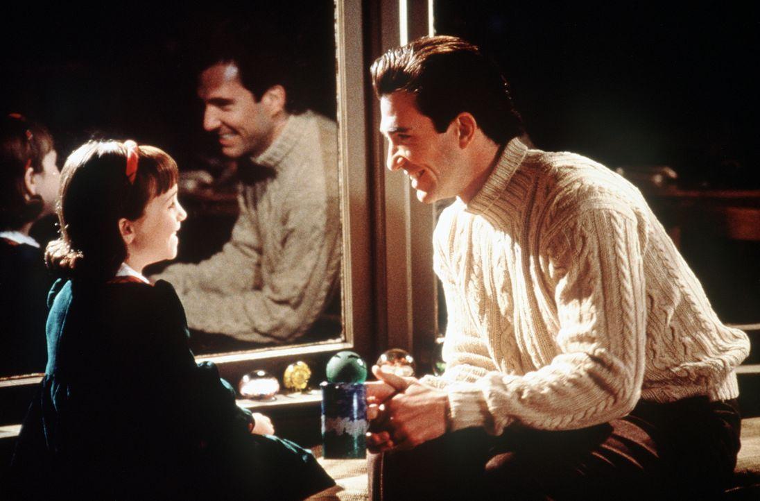Susan (Mara Wilson, l.) findet Bryan (Dylan McDermott, r.) einfach toll. Wenn doch ihre Mutter ebenso denken würde ... - Bildquelle: 20th Century Fox