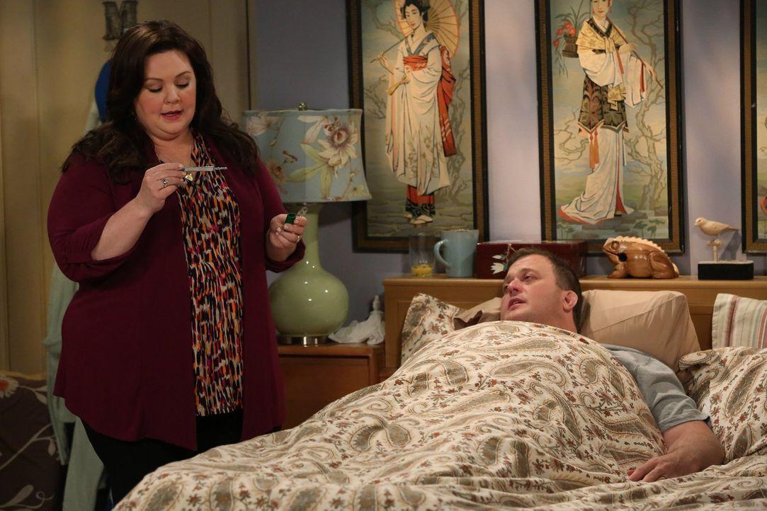 Als Mike (Billy Gardell, r.) an Thanksgiving krank wird, freut sich Molly (Melissa McCarthy, l.) heimlich darüber, nicht kochen zu müssen. Doch Vinc... - Bildquelle: Warner Brothers