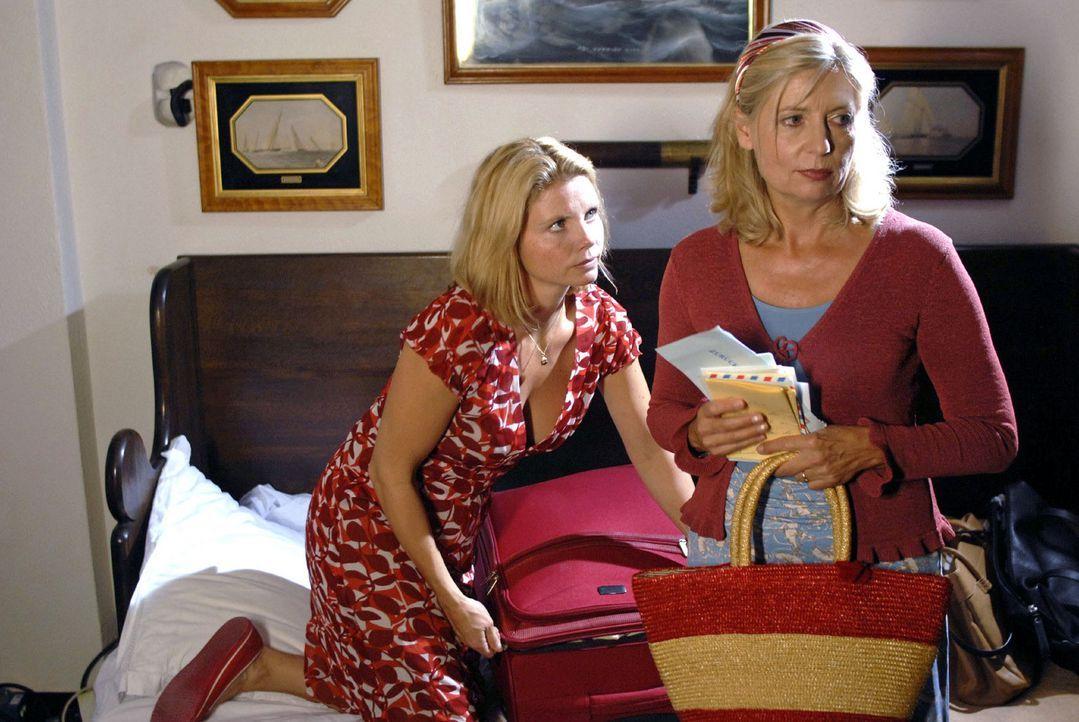 Während Lissy (Annette Frier, l.) entschlossen ist, Italien zu verlassen, ist ihre Mutter Clara (Sabine Postel, r.) angereist, um das Grab Claudios... - Bildquelle: Sat.1