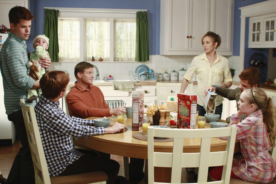 Eine glückliche Familie? Preston (Max Carver, l.), Paker (Joshua Logan Moore, 2.v.l.), Tom (Doug Savant, 3.v.l.), Lynette (Felicity Huffman, 3.v.r.)... - Bildquelle: ABC Studios
