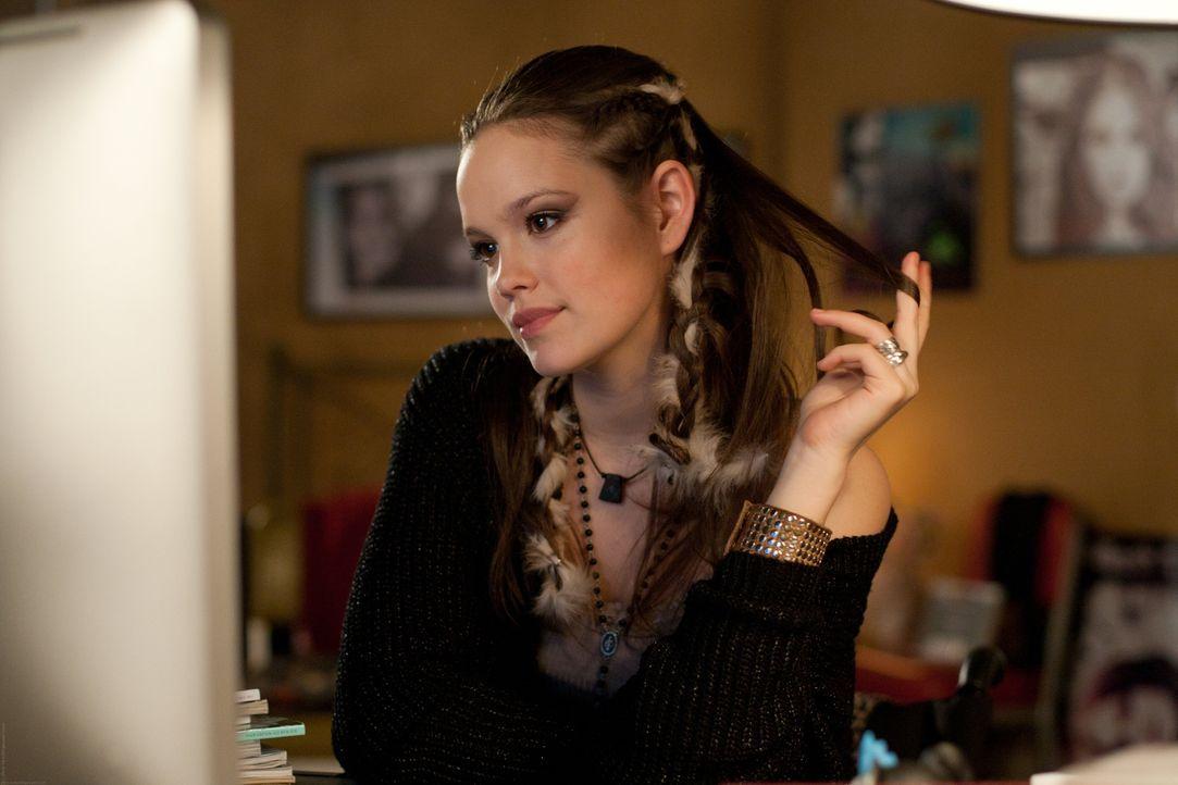 Warum will Vanessa (Emilia Schüle) Felix wirklich in der Reha besuchen? - Bildquelle: Chris Hirschhäuser TM &   TURNER BROADCASTING SYSTEM. A TIME WARNER COMPANY. ALL RIGHTS RESERVED.