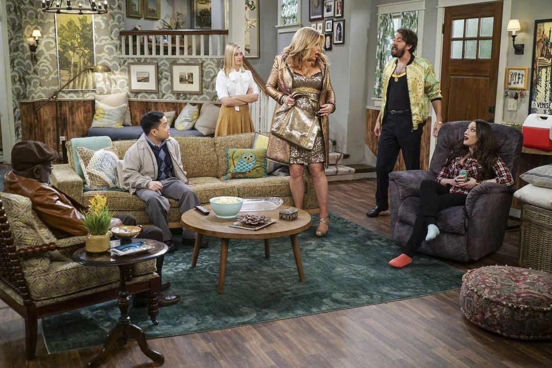 Caroline (Beth Behrs, 3.v.l.) ist geschockt, als (v.l.n.r.) Earl (Garrett Morris), Han (Matthew Moy), Sophie (Jennifer Coolidge), Oleg (Jonathan Kit... - Bildquelle: Warner Bros. Television
