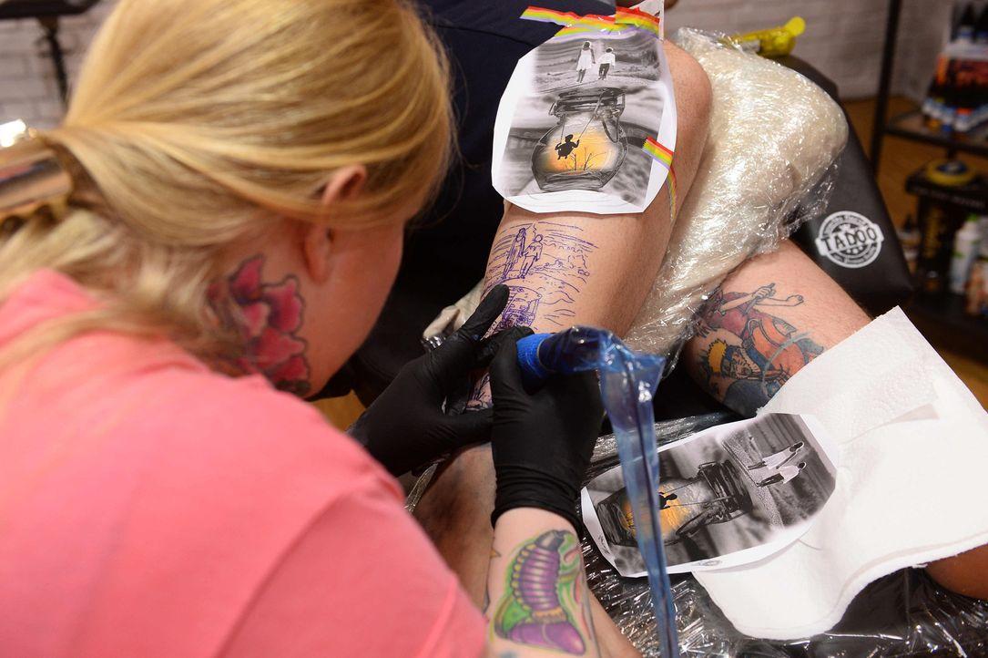 Können Tätowiererin Angelina (l.) und ihr Tattoo-Model Markus die Jury überzeugen? - Bildquelle: Willi Weber sixx