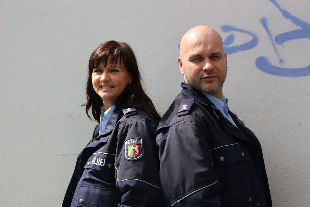 Mit kriminalistischer Intuition und strategisch cleveren Fragen lockt die Duisburger Polizeioberkommissarin Sarah Freitag (l.) gemeinsam mit Polizei... - Bildquelle: SAT.1