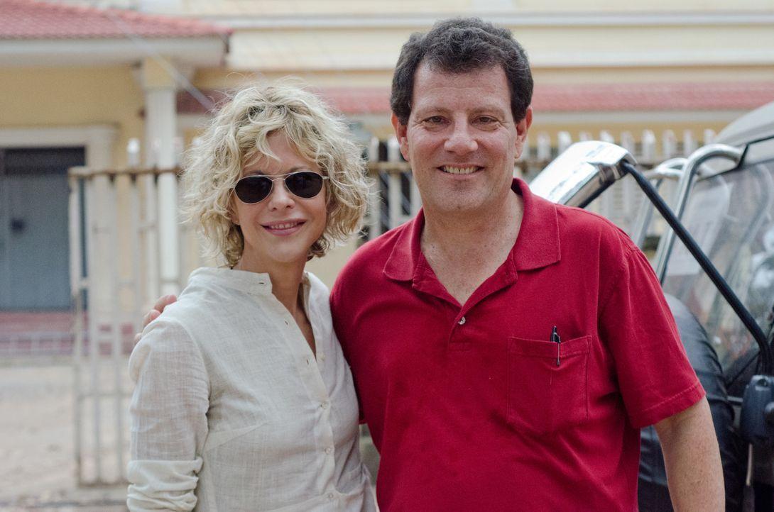 Meg Ryan (l.) reist zusammen mit Nicholas D. Kristof (r.) nach Kambodscha, wo viele Mädchen und junge Frauen Opfer von Zwangsvergewaltigung werden. - Bildquelle: Jenni Morello Fremantle