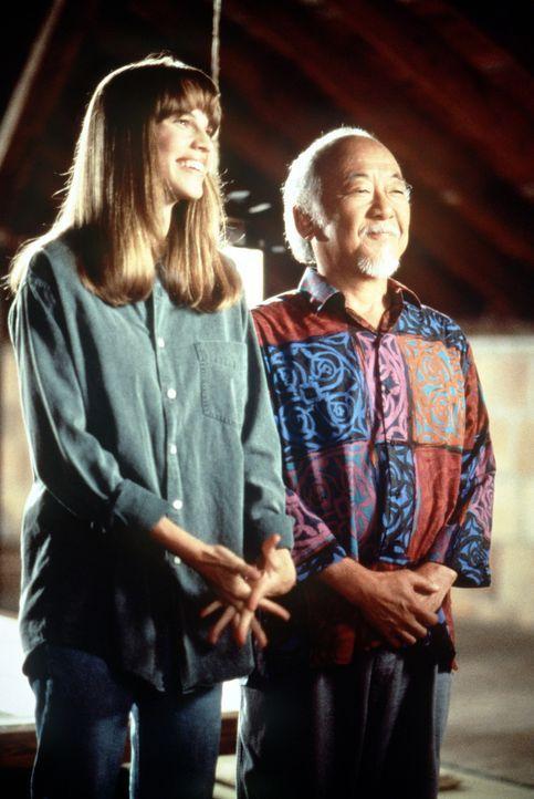 """In den Lehren der fernöstlichen Philosophie des weisen Mr. Miyagi (Noriyuki """"Pat"""" Morita, r.) findet Julie (Hilary Swank, l.), die nach dem grauenv... - Bildquelle: Columbia Pictures"""
