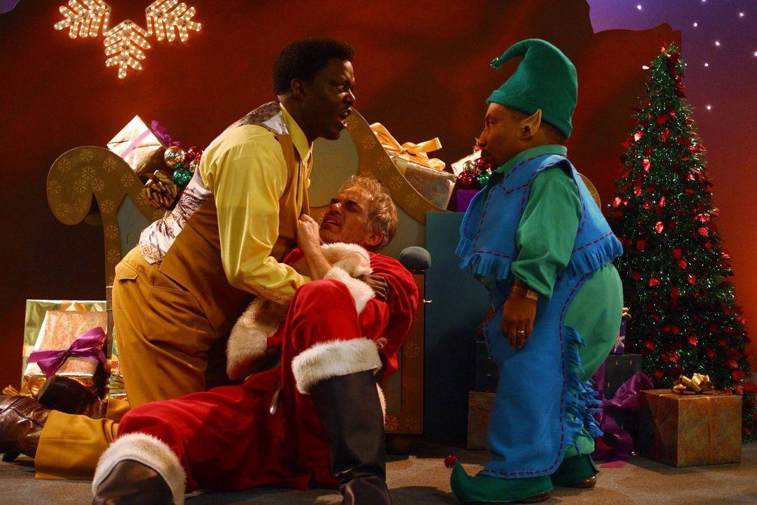 Nachdem Detektiv Gin (Bernie Mac, l.) seinem Chef versprochen hat, ein Auge auf den Weihnachtsmann Willie (Billy Bob Thornton, M.) und dessen Gehilf... - Bildquelle: 2006 Sony Pictures Television International.