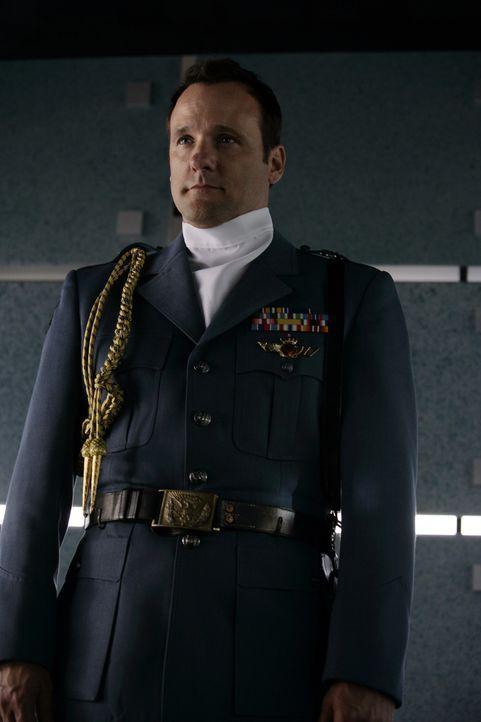 Mason (Tom Verica) ist ein Agent des Prinzessinnen-Schutzprogramms und wird damit beauftragt, Prinzessin Rosalinda in Sicherheit zu bringen - zum Le... - Bildquelle: Disney