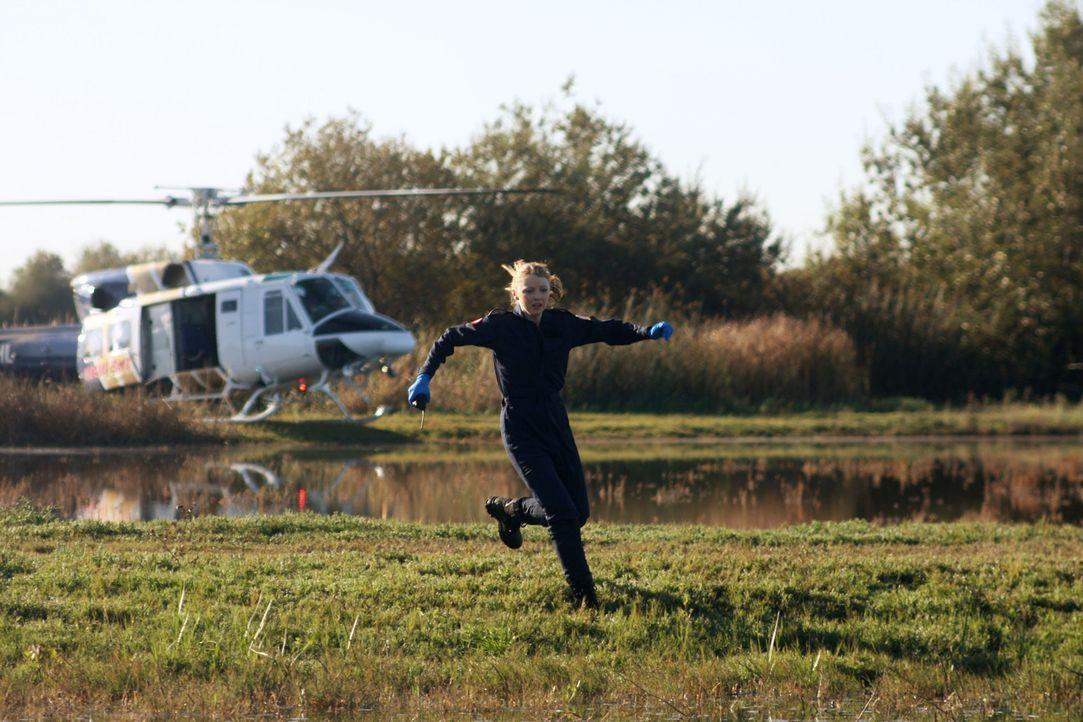 Aktionreiches Erlebnis: Dr. Warren (Elisabeth Harnois) erlebt bei ihrem ersten Observierungseinsatz etliche Turbulenzen ... - Bildquelle: Warner Brothers