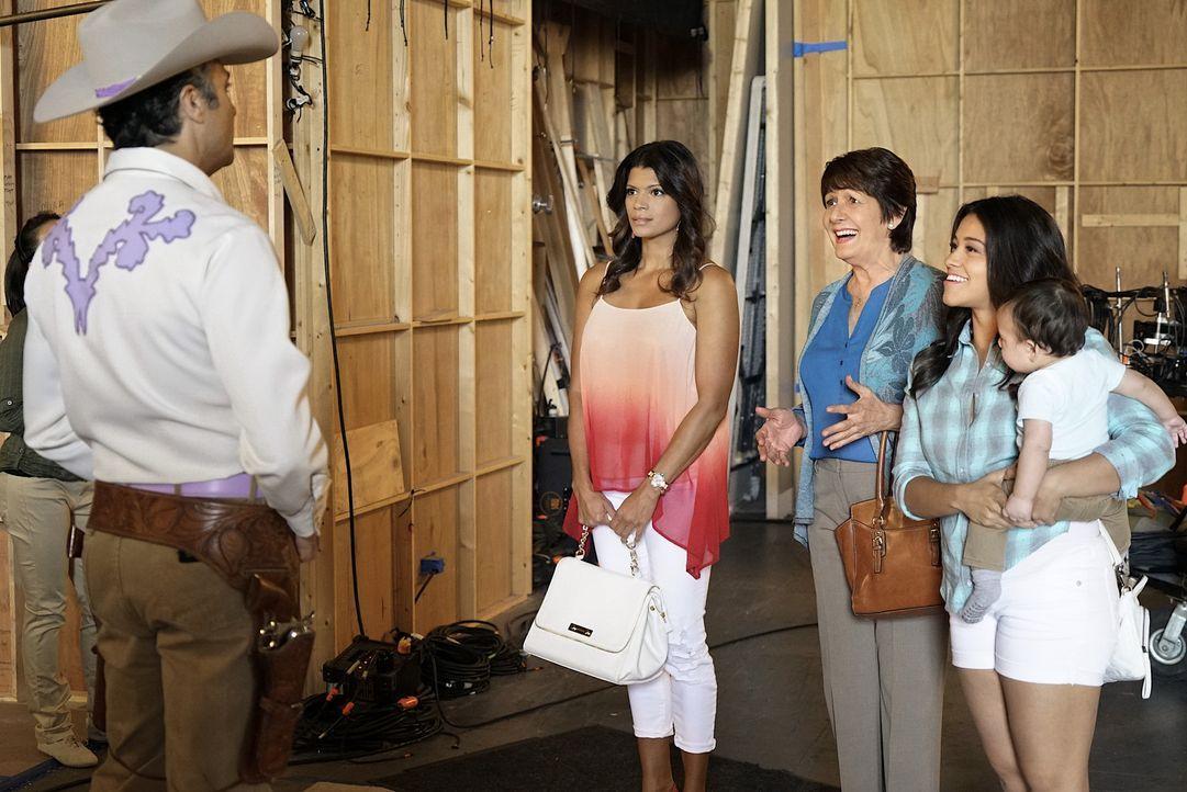 Ihr Leben geht turbulent weiter: Jane (Gina Rodriguez, r.), Rogelio (Jaime Camil, l.), Xo (Andrea Navedo, 2.v.l.) und Alba (Ivonne Coll, 2.v.r.) ... - Bildquelle: Greg Gayne 2015 The CW Network, LLC. All rights reserved.