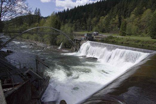 Staudämme - gemacht, um gigantische Mengen Wasser zu bändigen und unvorstellb...