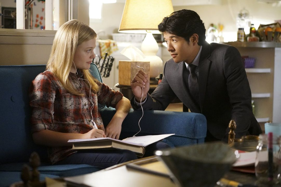 Lee (Jon Foo, r.) erhofft sich von Cristin Sanders (Emily Alyn Lind, l.) Hinweise, um den entflohenen Häftling Steven Baker fassen zu können. Doch k... - Bildquelle: Warner Brothers