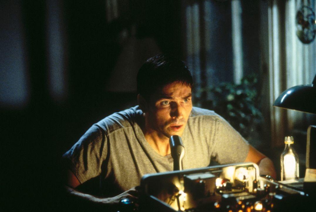 Als John (James Caviezel) bemerkt, wer sein Gesprächspartner ist, warnt er seinen verstorbenen Vater vor dem tödlichen Feuerwehr-Einsatz ... - Bildquelle: New Line Cinema