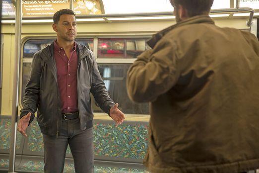 Castle - Detective Esposito (Jon Huertas, l.) gerät in eine Geiselnahme und a...