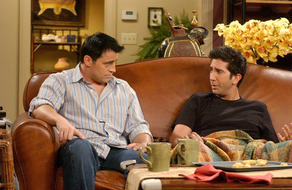 Da Joey (Matt LeBlanc, l.) wissen möchte wie Ross (David Schwimmer, r.) zu Rachel steht, fühlt er ihm auf den Zahn ... - Bildquelle: 2003 Warner Brothers International Television