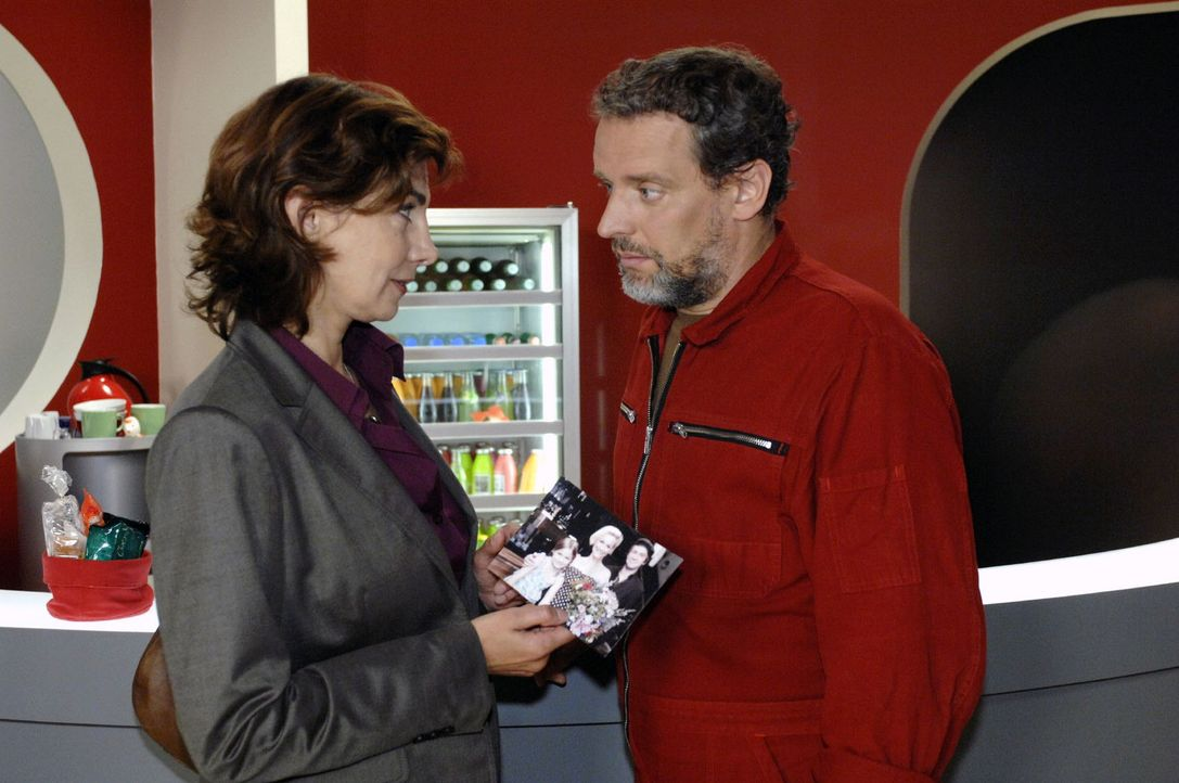 Als Steffi (Karin Kienzer, l.) das alte Familienfoto entdeckt, offenbart Ulrich (Wolfgang Wagner, r.) ihr seine wahre Identität. - Bildquelle: Oliver Ziebe Sat.1