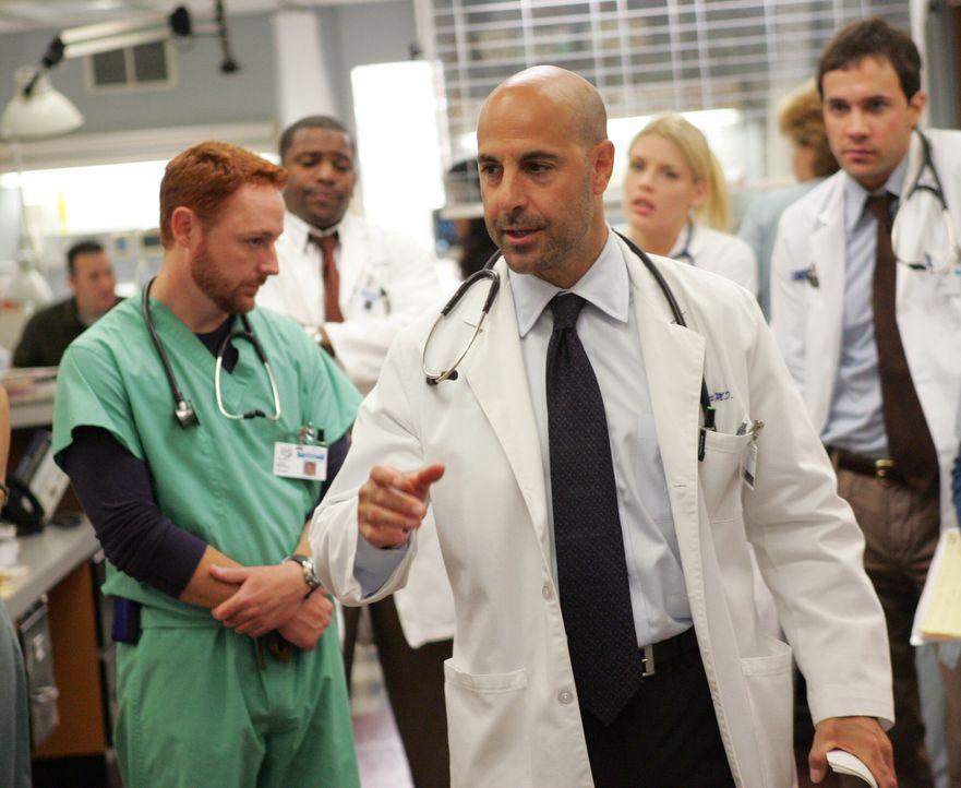 Spricht ein Machtwort: Leiter Dr. Moretti (Stanley Tucci, M.) ... - Bildquelle: Warner Bros. Television