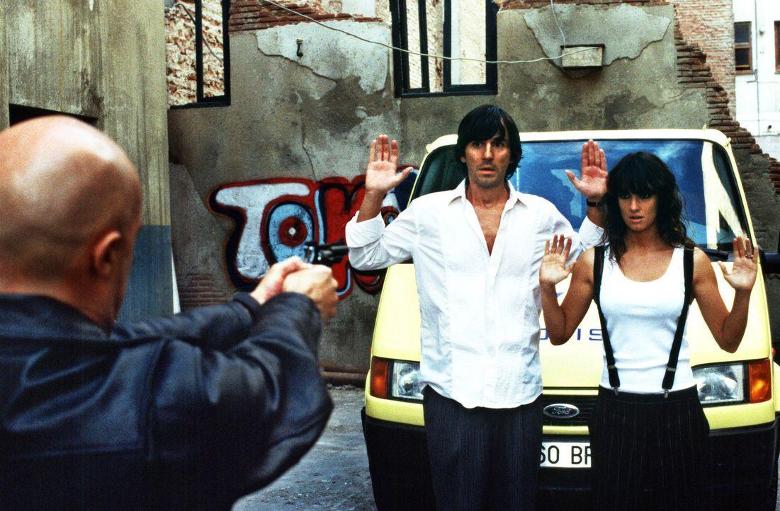 Erst als Victor (Santiago Millán, l.) und Estrella (Paz Vega, r.) drohen im Gefängnis zu landen, kommen sich die beiden näher ... - Bildquelle: 2004   CPT Holdings, Inc.  All Rights Reserved.