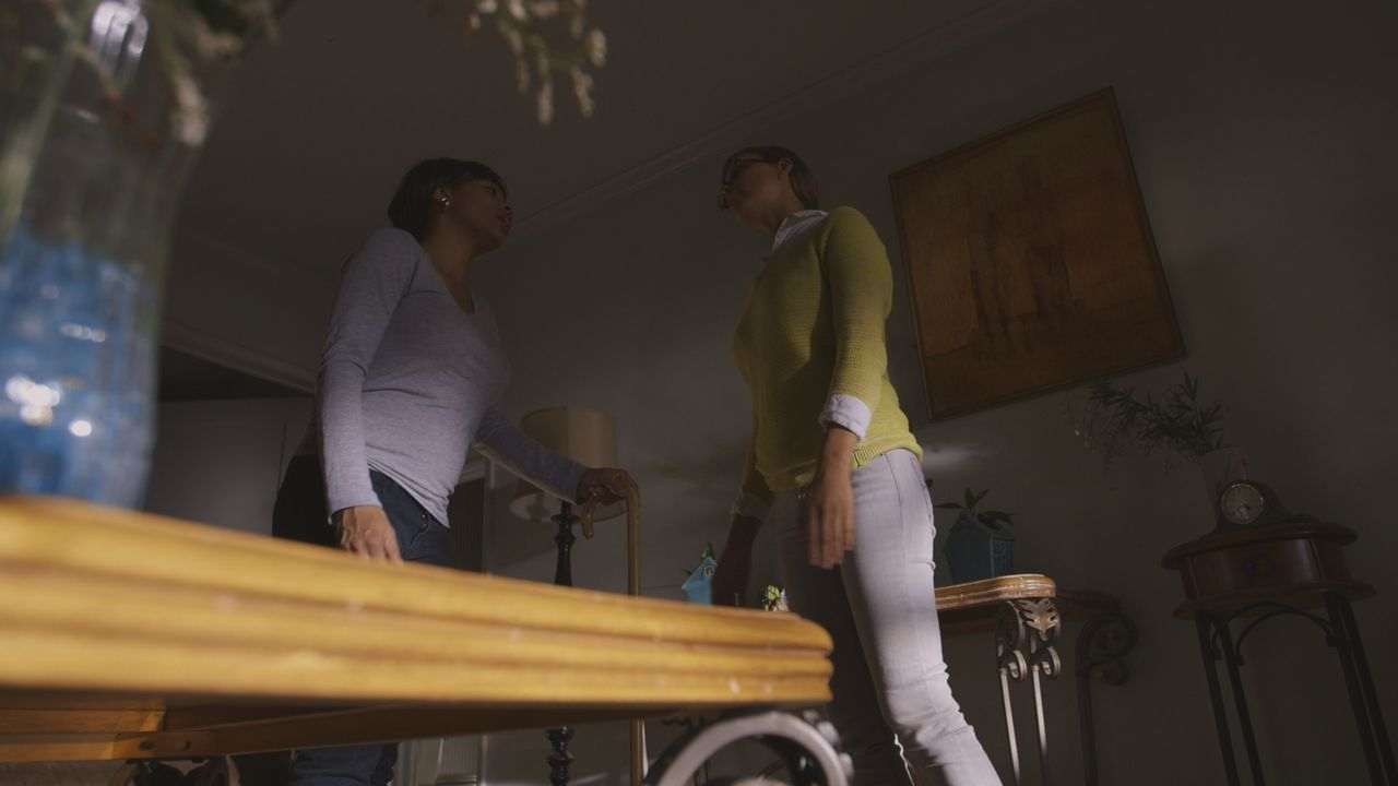 Kurz vor ihrem Tod: Renee Ealy (26, l) streitet mit ihrer Nachbarin Annie Clark (r.). - Bildquelle: MMXVI LMNO Cable Group, Inc.