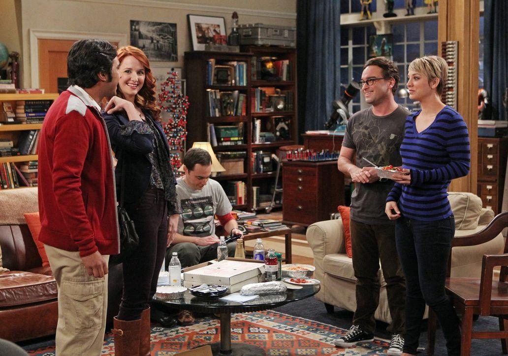 Endlich will Raj (Kunal Nayyar, l.) seinen Freunden Penny (Kaley Cuoco, r.), Leonard (Johnny Galecki, 2.v.r) und Sheldon (Jim Parsons, M.) seine Fre... - Bildquelle: Warner Brothers