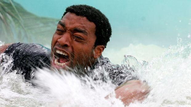 Während seine Frau an einem Tauchkurs teilnimmt, hütet Ian (Chiwetel Ejiofor)...