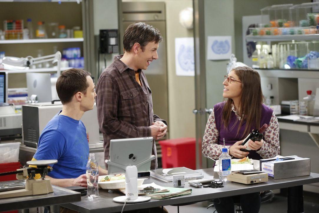 Beim gemeinsamen Mittagessen werden Sheldon und Amy (Mayim Bialik, r.) von Barry Kripke (John Ross Bowie, M.) gestört, der sich bei Amy für ihren Ra... - Bildquelle: Warner Bros. Television