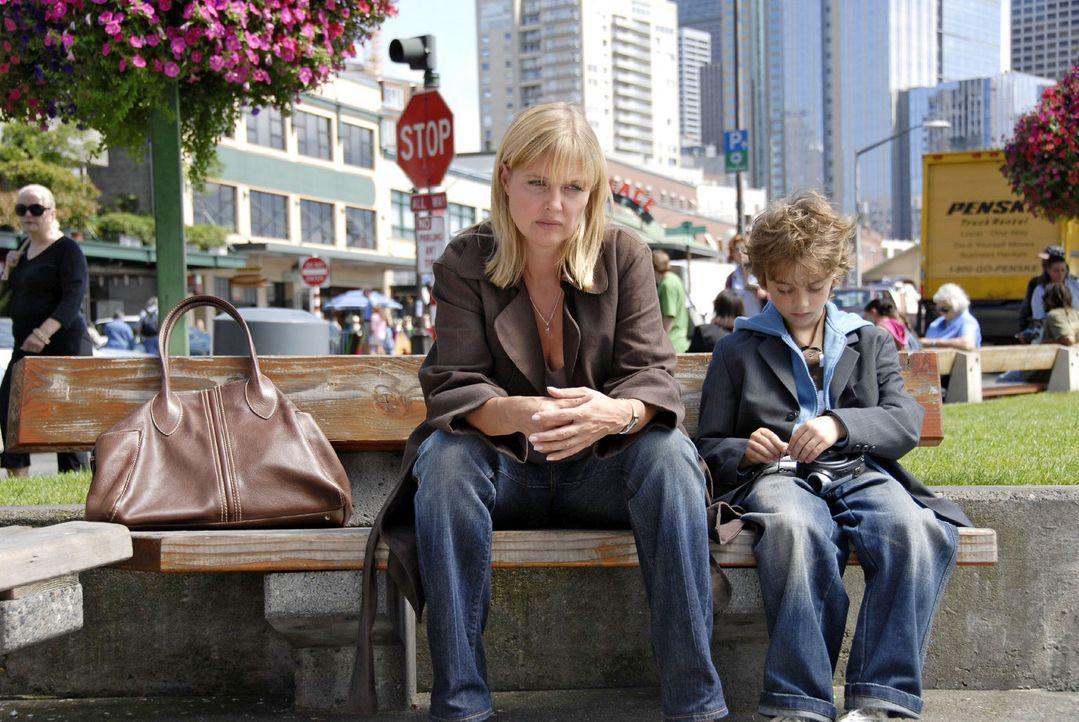 Oliver (Joel Eisenblätter, r.) ist traurig und gesteht seiner Mutter (Katharina Böhm, l.), dass er sich einen neuen Vater wünscht. - Bildquelle: Sat.1