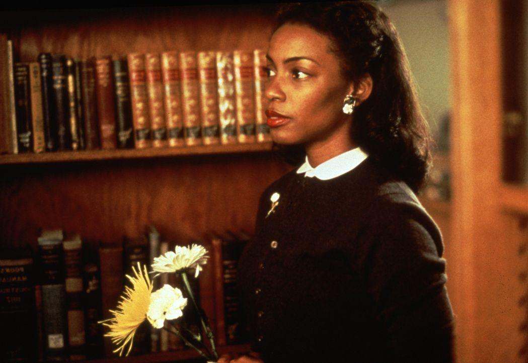 Die angehende Ärztin Jo (Aunjanue Ellis) bereitet sich in der Bücherei auf ihr Praktikum vor. - Bildquelle: 2000 Twentieth Century Fox Film Corporation. All rights reserved.