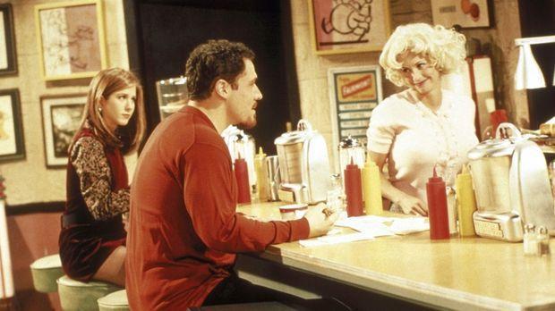 Monica (Courteney Cox, r.) wird von ihrem Verehrer Pete (Jon Favreau, M.) in...