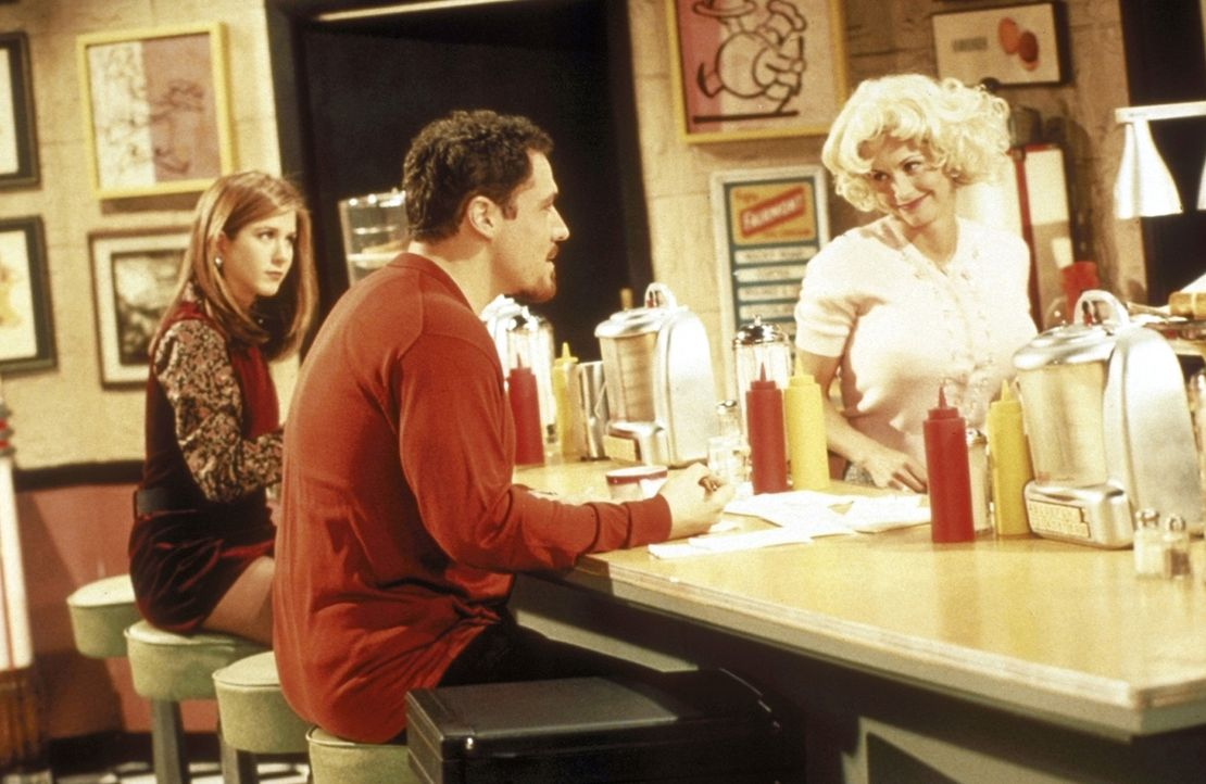 Monica (Courteney Cox, r.) wird von ihrem Verehrer Pete (Jon Favreau, M.) in ein italienisches Restaurant eingeladen. Rachel (Jennifer Aniston, l.)... - Bildquelle: TM+  2000 WARNER BROS.