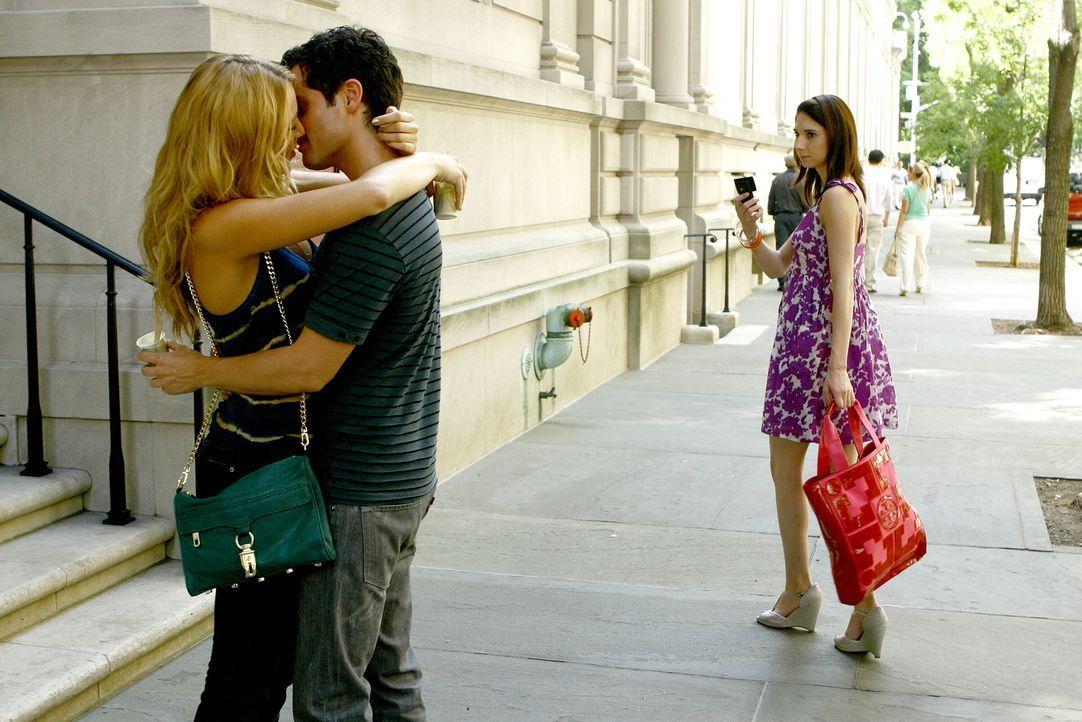 """Der neueste Klatsch muss gleich an """"Gossip Girl"""" weitergeleitet werden: Serena (Blake Lively, l.) und Dan (Penn Badgley, M.) frisch verliebt ... - Bildquelle: Warner Brothers"""