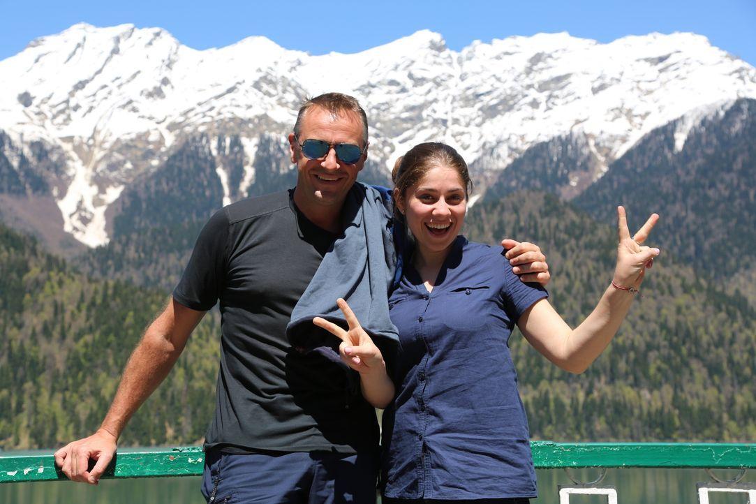 Tom Waes (l.) stellt sich einer neuen Herausforderung und reist durch die touristisch kaum erschlossenen Regionen Transnistrien, Südossetien und Abc... - Bildquelle: 2013 deMENSEN