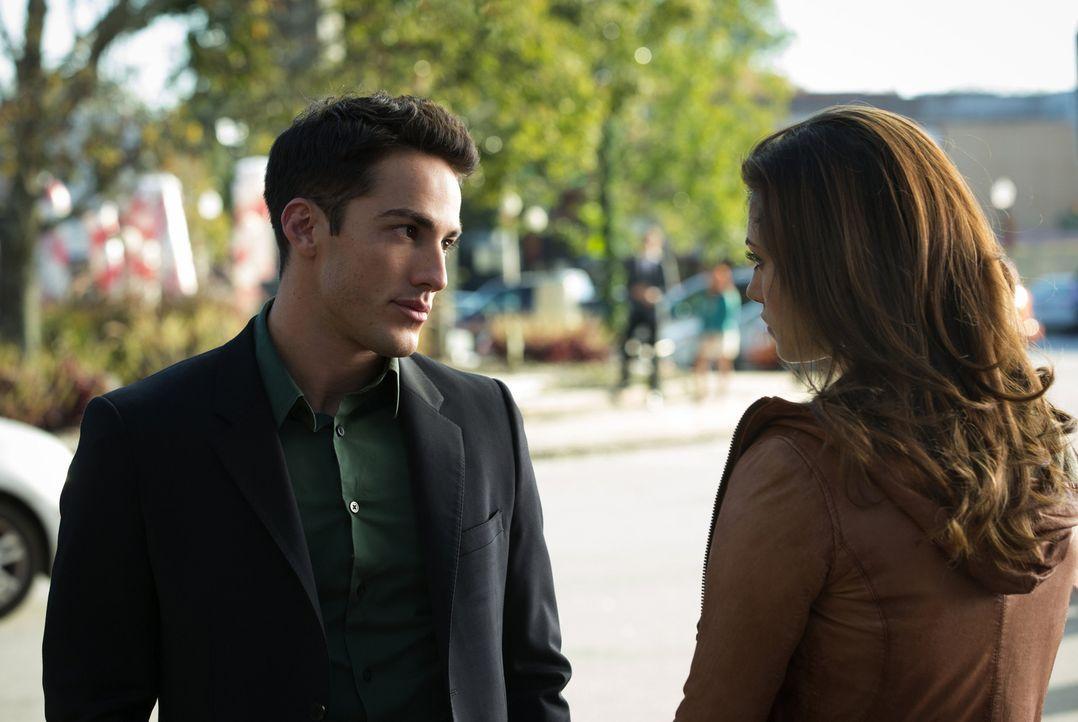Nur wenige Sekunden reichen, um Tylers (Michael Trevino, l.) Vertrauen in Hayley (Phoebe Tonkin, r.) vollkommen zu zerstören ... - Bildquelle: Warner Brothers