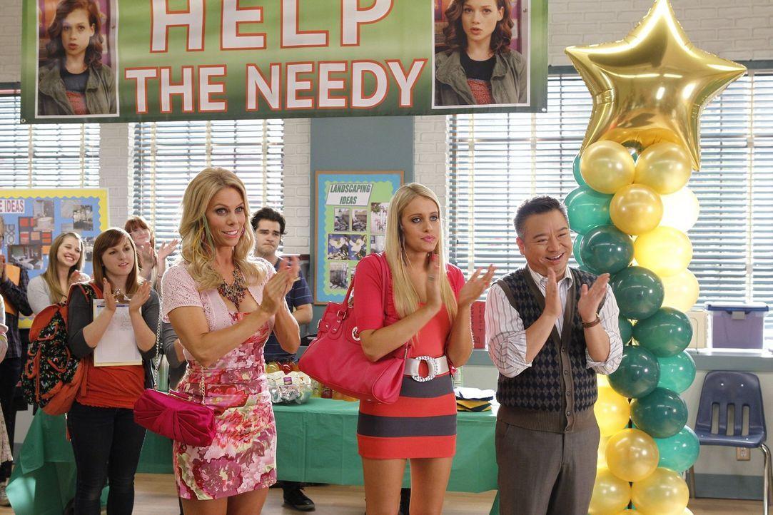Sind von Tessas Wohltätigkeitskampagne begeistert: Dalia (Carly Chaikin, M.), Dallas (Cheryl Hines, l.) und Mr. Wolf (Rex Lee, r.) ... - Bildquelle: Warner Bros. Television