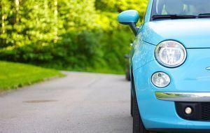 auto-geparkt-hellblau
