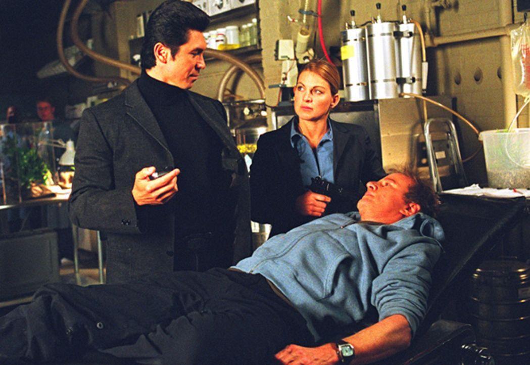 Als Detective Norman Scott (Christopher Lambert, r.) Walters (Lou Diamond Phillips, l.) in die Hände fällt, scheint alles verloren ... - Bildquelle: Hannibal Pictures