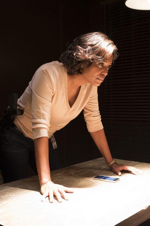 Kann Dr. Tara Lewis (Aisha Tyler, l.) mit ihren psychologischen Befragungstaktiken der Verschwörungstheoretikerin Informationen über die mysteriösen... - Bildquelle: Eddy Chen ABC Studios