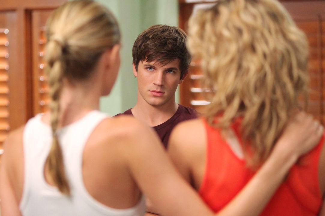Liam (Matt Lanter, M.) erklärt Naomi (AnnaLynne McCord, r.) und ihrer Schwester Jen (Sara Foster, l.), dass er nicht mit Annie geschlafen hat - sch... - Bildquelle: TM &   CBS Studios Inc. All Rights Reserved