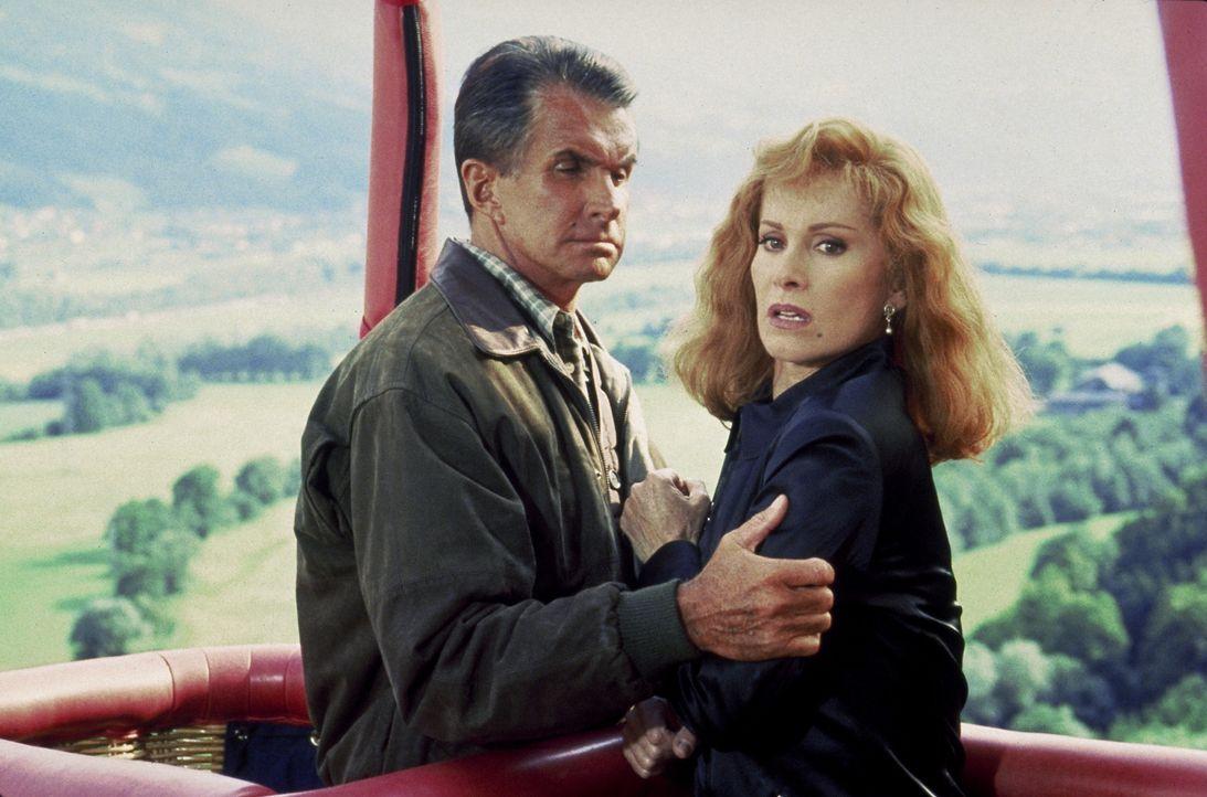 Simone Grohe (Stefanie Powers, r.) ahnt nicht, dass Karl von Ostenberg (George Hamilton, l.) mit seiner angeblichen Liebe zu ihr nur ein falsches Sp... - Bildquelle: Columbia Pictures