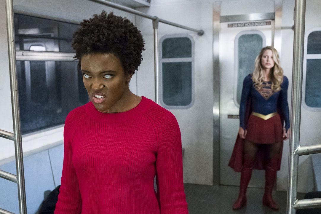 Kara alias Supergirl (Melissa Benoist, r.) gelingt es, den zweiten Weltenkiller, Julia alias Purity (Krys Marshall, l.), unter ihre Gewalt zu bringe... - Bildquelle: 2017 Warner Bros.