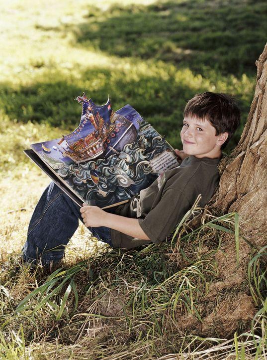 Chris (Josh Hutcherson) ist begeistert von den Erzählungen, die sein Großvater James Morse auf Lager hat. Dessen Erinnerungen aus seinem Leben auf e... - Bildquelle: CBS International Television